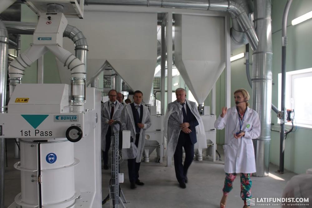 Ирина Брославцева проводит экскурсию по заводу для почетных гостей