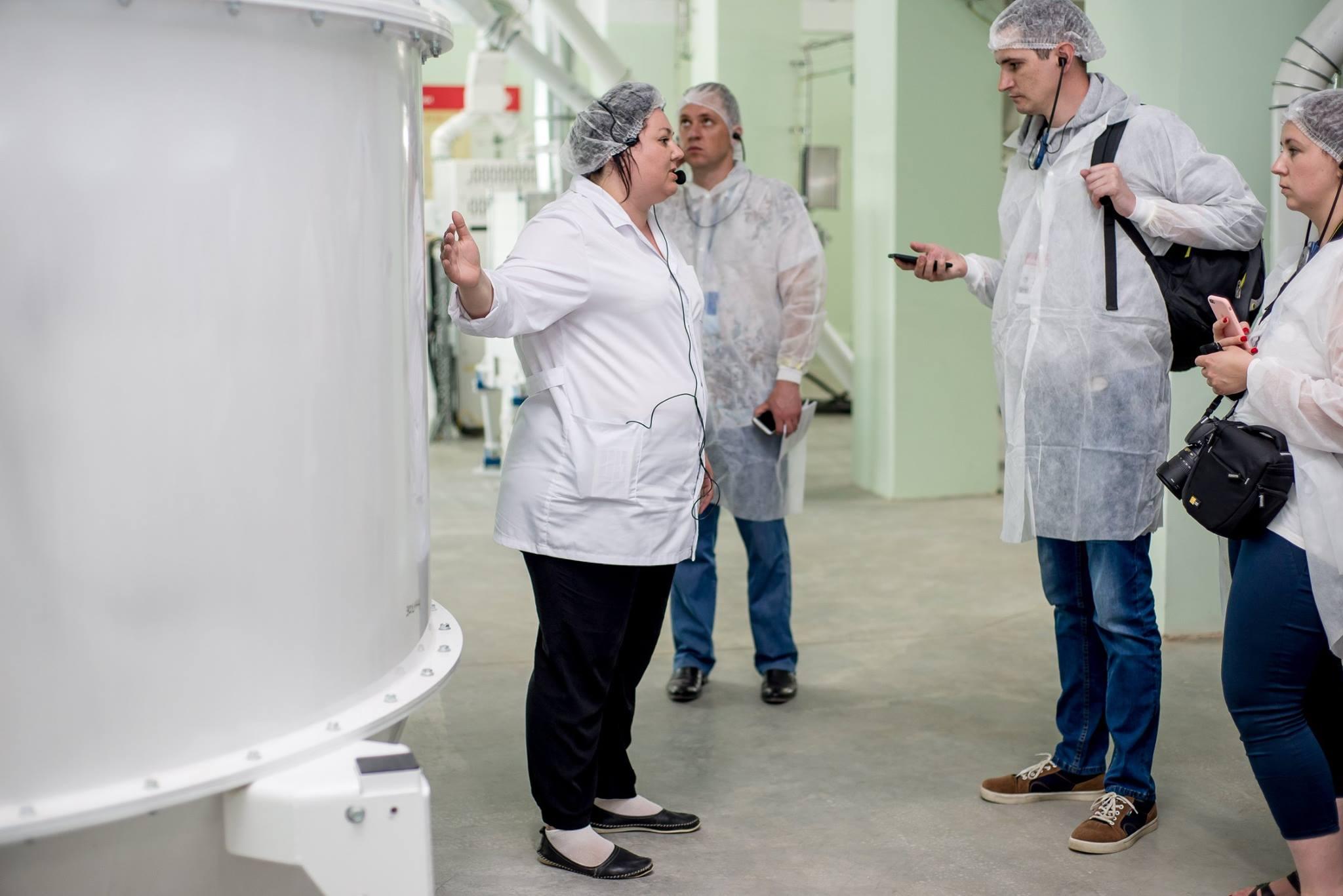 Ирина Красовская проводит экскурсию для участников пресс-тура