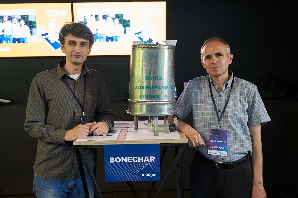 Слева направо: Сергей Клюс и Геннадий Четверг, команда Bonechar