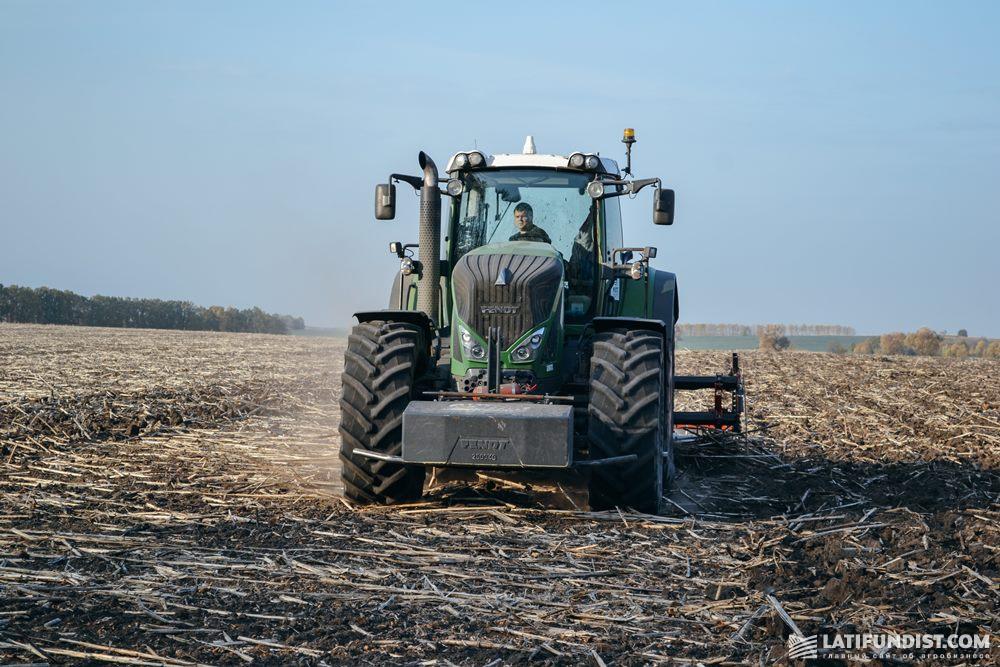 Трактор в поле МХП