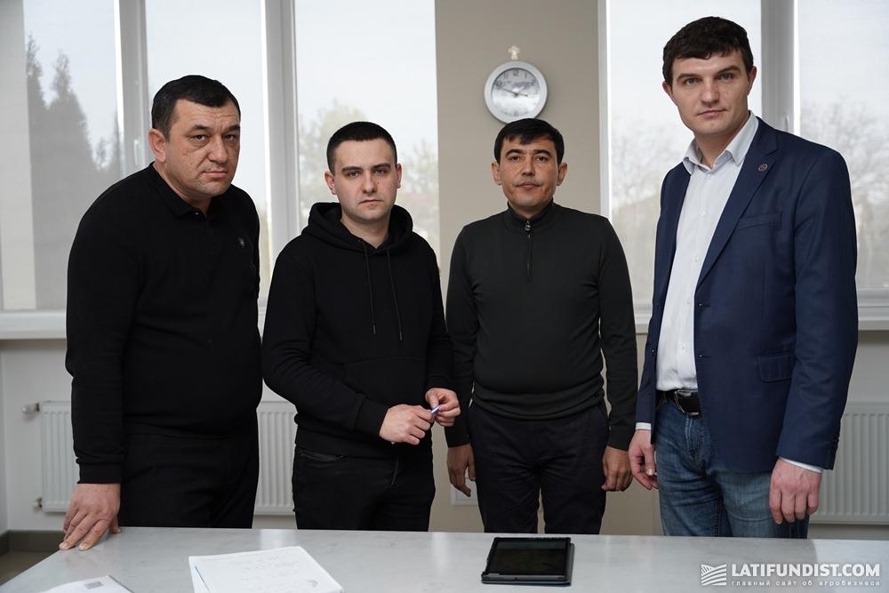 Представители узбекской и украинской сторон во время заключения договора