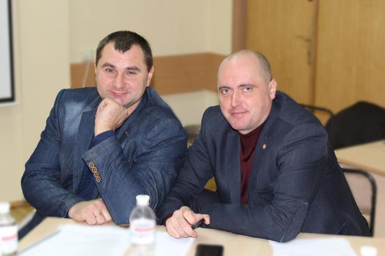 Владимир Коряк, заместитель генерального директора по земельным и социальным вопросам «Агрофирмы «Хорольська» (слева)