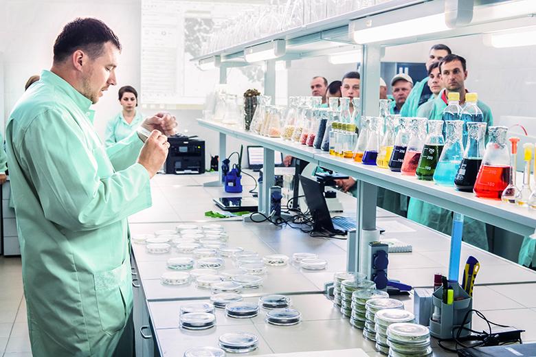 Сергей Кнечунас проводит экскурсию в агрономической лаборатории