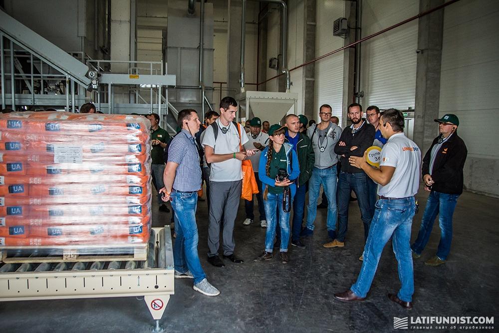 Виталий Андриевский проводит экскурсию по семенному заводу «КВС-УКРАИНА»