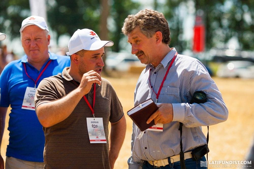 Андрей Пистоль (посередине) общается с другими гостями мероприятия