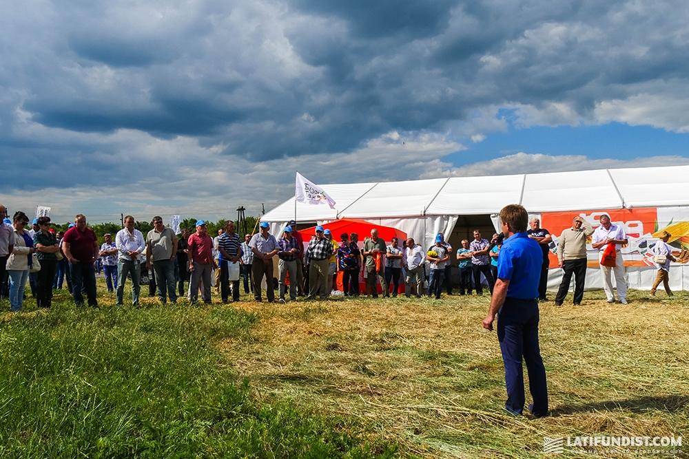 Евгений Зобнев приветствует участников Дня поля