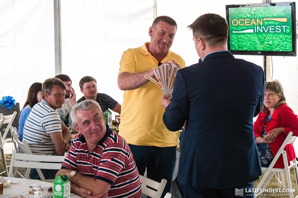 Среди гостей проводилась лотерея, победители которой получили полезные аграрные презенты