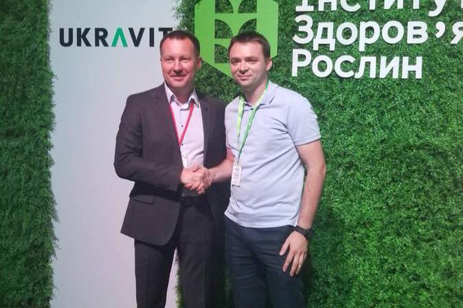 Виталий Ильченко (слева) и Сергей Иванив, руководитель Одесского регионального торгового предприятия (РТП) UKRAVIT (справа)