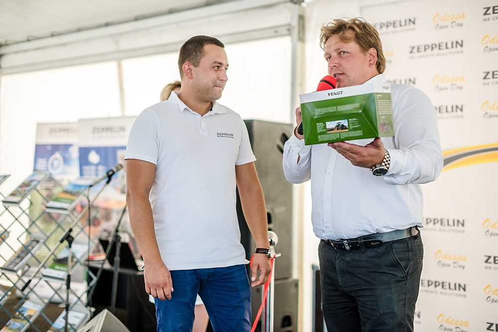 Антон Костырко вручил одесскому офису «Цеппелин» символичный презент — модель трактора Fendt