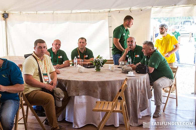 Участники Дня поля во время выступления лекторов