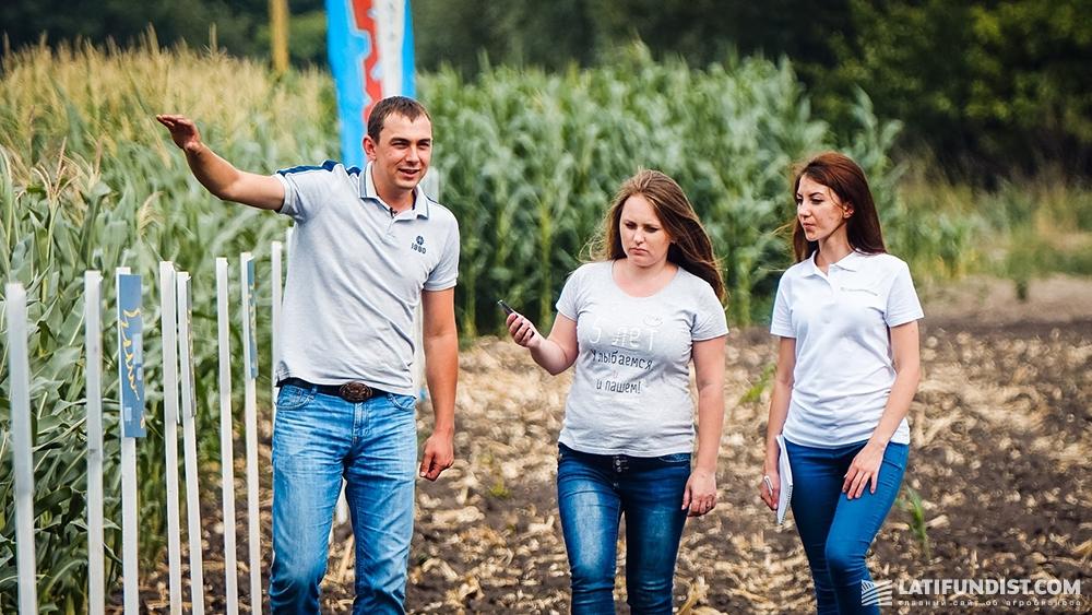 Роман Кордубан показывает журналистам Latifundist.com посевы кукурузы