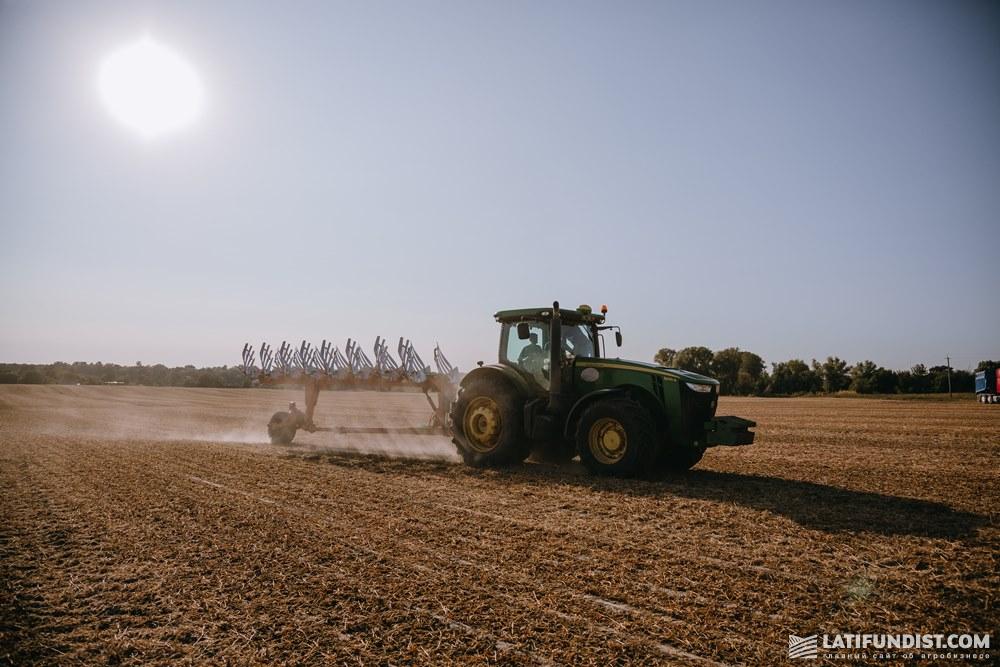Трактор на поле предприятия «Мега Менеджмент Проект» агрохолдинга A.G.R. Group