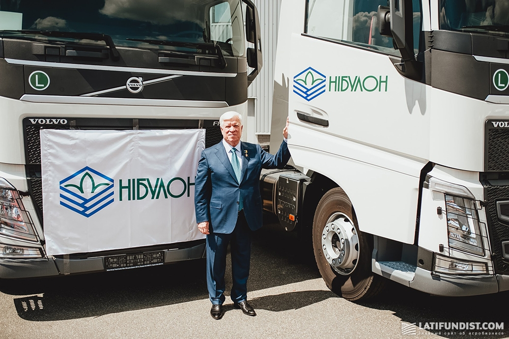 Алексей Вадатурский на фоне приобретенных компанией «НИБУЛОН» тягачей Volvo FH