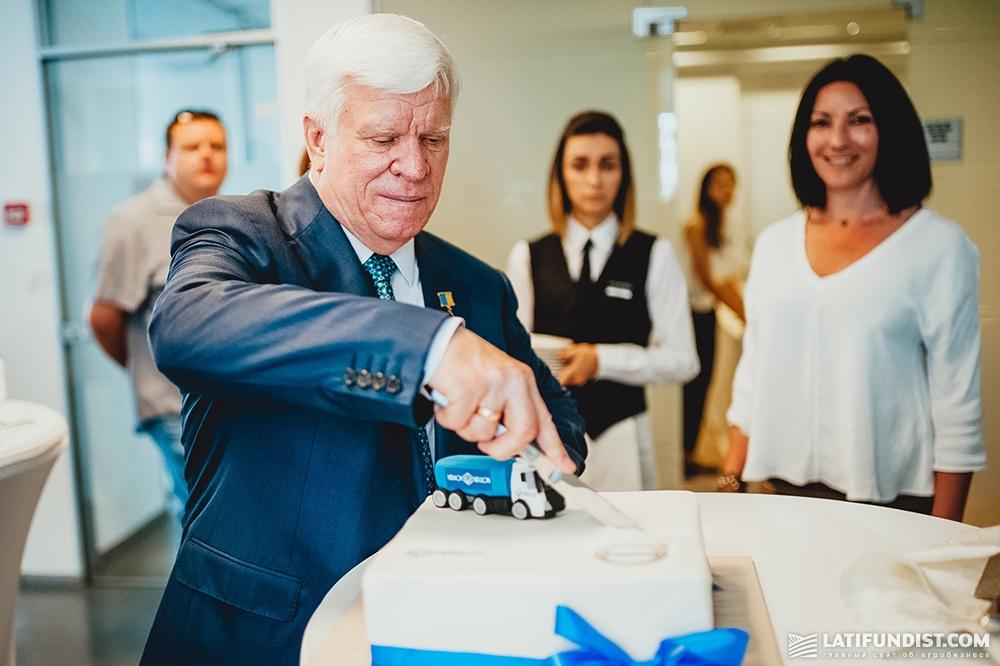 Алексей Вадатурский разрезает праздничный торт