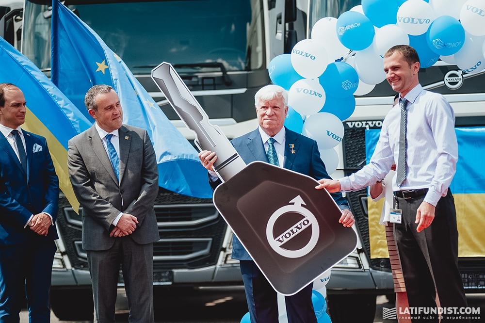Региональный представитель по продажам грузовиков Volvo Trucks в Украине Юрий Антонюк вручает Алексею Вадатурскому ключ от новых автомобилей