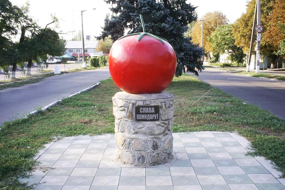 Памятник помидору в г. Каменка-Днепровская (Запорожская область)