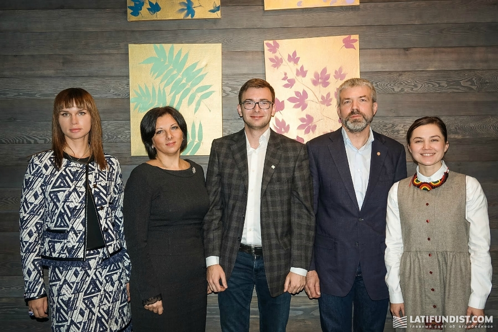 Участники бизнес-завтрака с главным редактором Latifundist.com Константином Ткаченко (посередине)