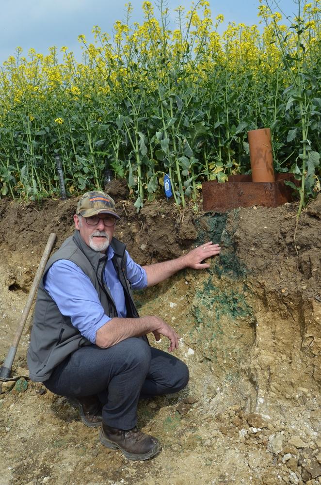 Дик Нил использует синий краситель для оценки глубины просачивания воды на тяжелой глинистой почве фермы Claydon