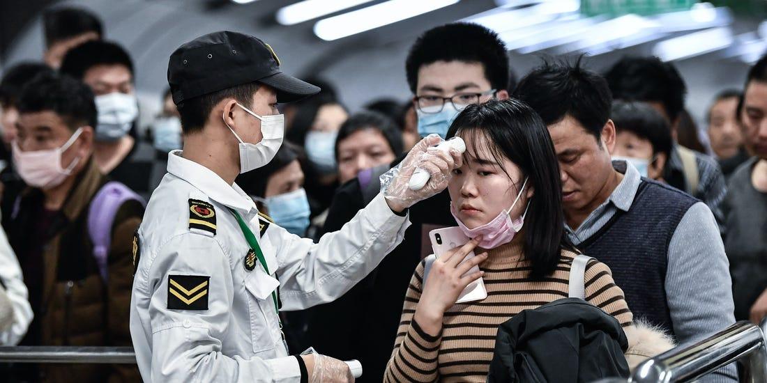 Пассажиры из Китая проходят температурный скрининг