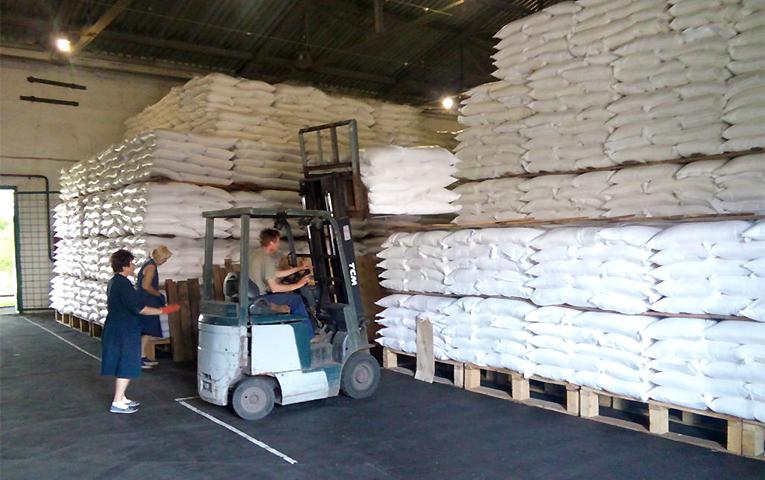 Государство может активно закупать сахар у различных отечественных производителей, чем одновременно и пополнить запасы на случай кризиса, и поддержать украинских аграриев, и сохранить их производство