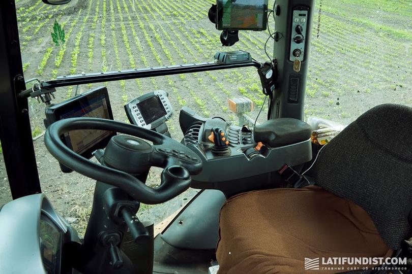 Кабина трактора, оснащена мониторами с подключением к системе Trimble