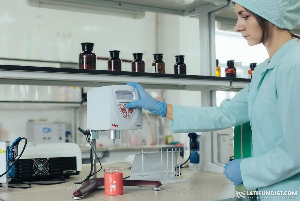 Показатели вязкости определяют с помощью специального прибора — вискозиметра