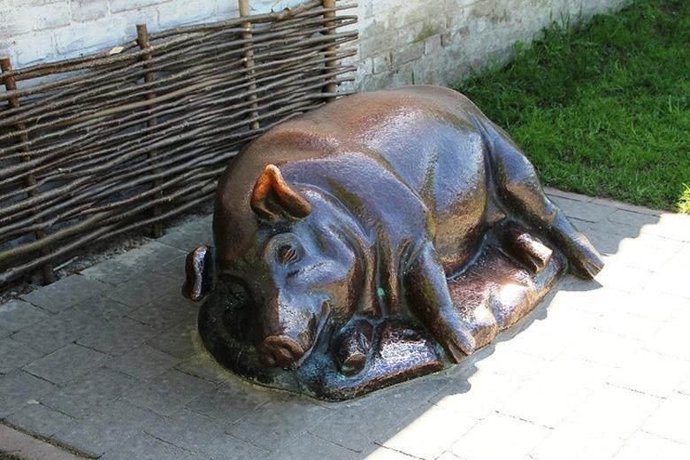 Памятник спящей свинье