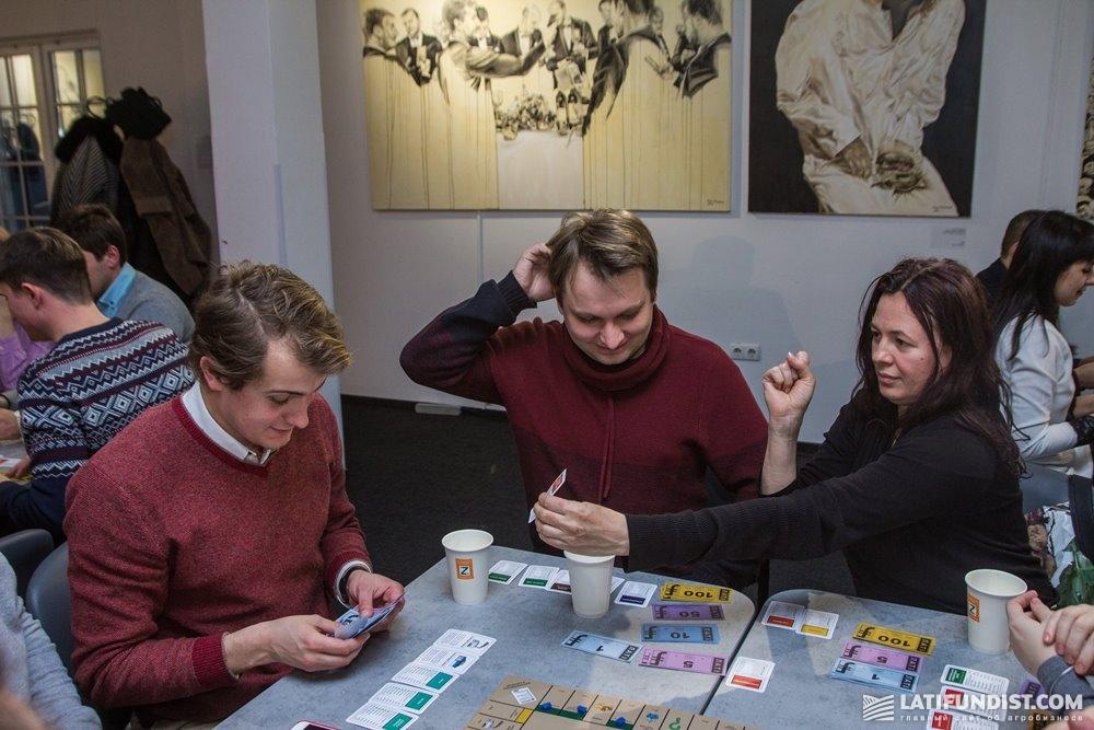 Игроки за третьим столом