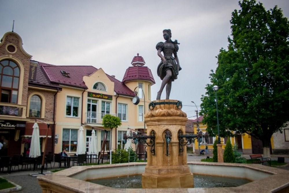 Памятник девушки, давящей виноград ногами