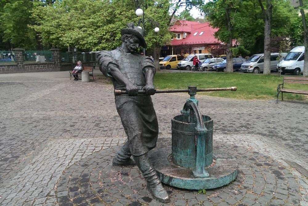 Памятник виноделу в г. Виноградов (Закарпатская область)