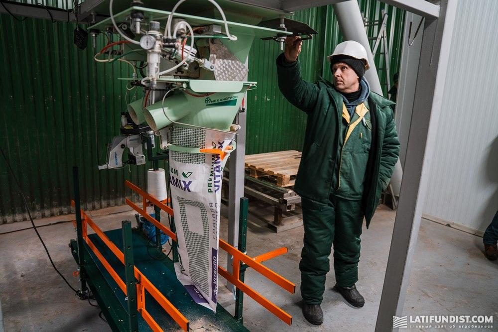 Фасовка готового продукта в мешки происходит с помощью специальной фасовочной машины