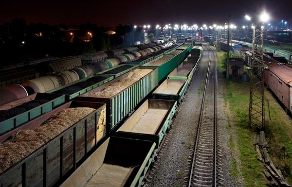 Риски также возникают и по причине низкой оборачиваемости вагонов, которые фактически могут простаивать на узловых станциях неделями