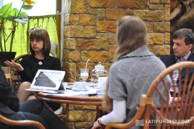 Слева: Ксения Прожогина