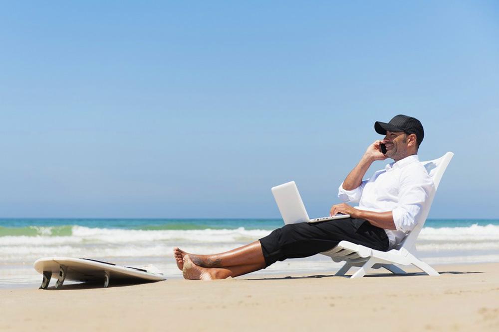 Некоторые компании дают творческий оплачиваемый отпуск на полгода, а то и год, лишь бы удержать ценного специалиста