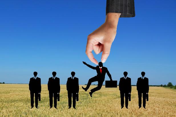Когда речь идет о переманивании сотрудников из компаний-конкурентов, внутренние рекрутеры невинно опускают глаза, уверяя, что никогда не заходят на чужую территорию