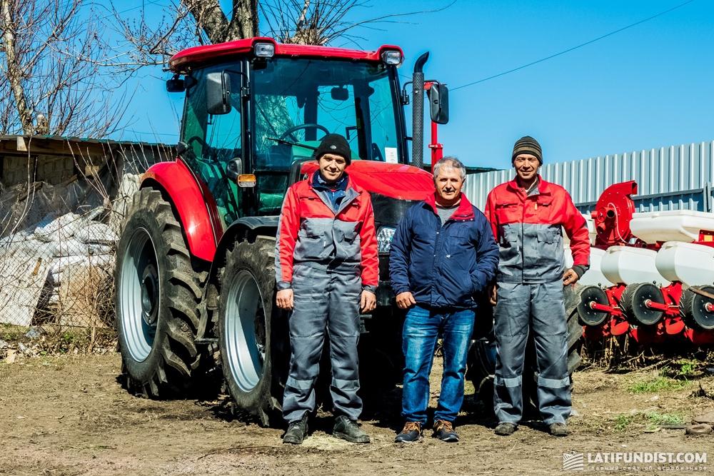 Владелец агропредприятия «Ориана» Юрий Мороз (в центре) решился пополнить парк трактором Case с помощью лизинговых программ
