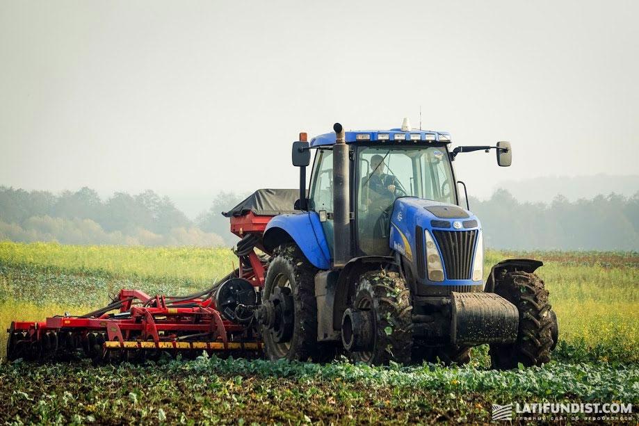Процесс заделки сидератов в почву на поле компании «Кернел»